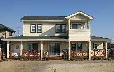 ラップサイディングに緑の屋根や窓モールが印象的な外観です。